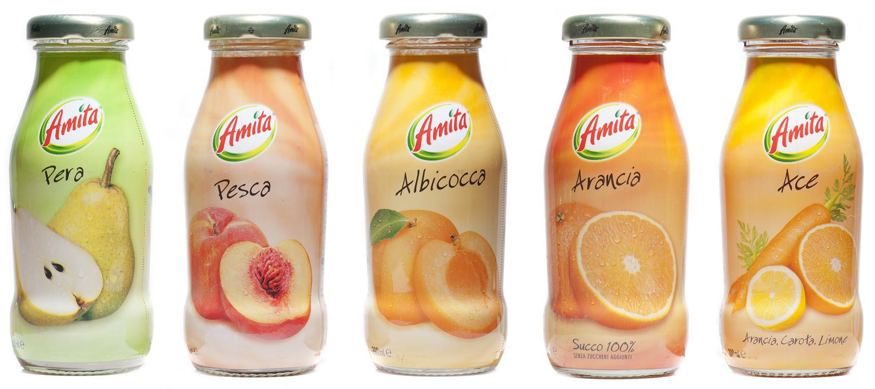 Amita nasce in Grecia agli inizi degli anni Ottanta, ed è proposta in Italia in 14 gusti che vanno dai tradizionali nettari, ai succhi 100% per arrivare ai gusti mix.